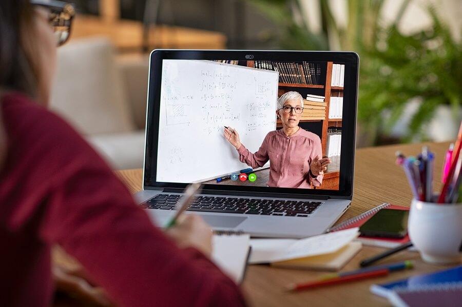 Persona realizando curso on-line